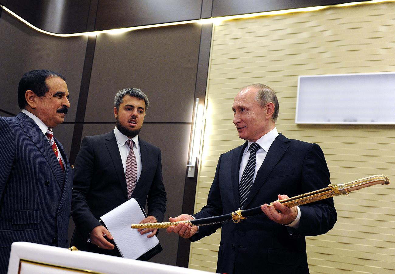 Hadiahi Seekor Kuda kepada Raja Bahrain, Putin Dapatkan Sebilah Pedang