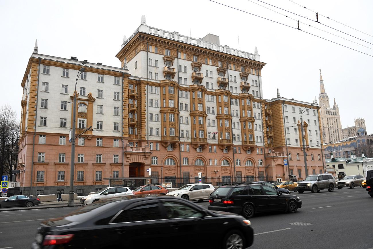 """Homem tentou explodir a embaixada com um lançador de granadas em 1999, após operação da Otan na Iugoslávia."""" Iliá Pitalev/RIA Nôvosti"""