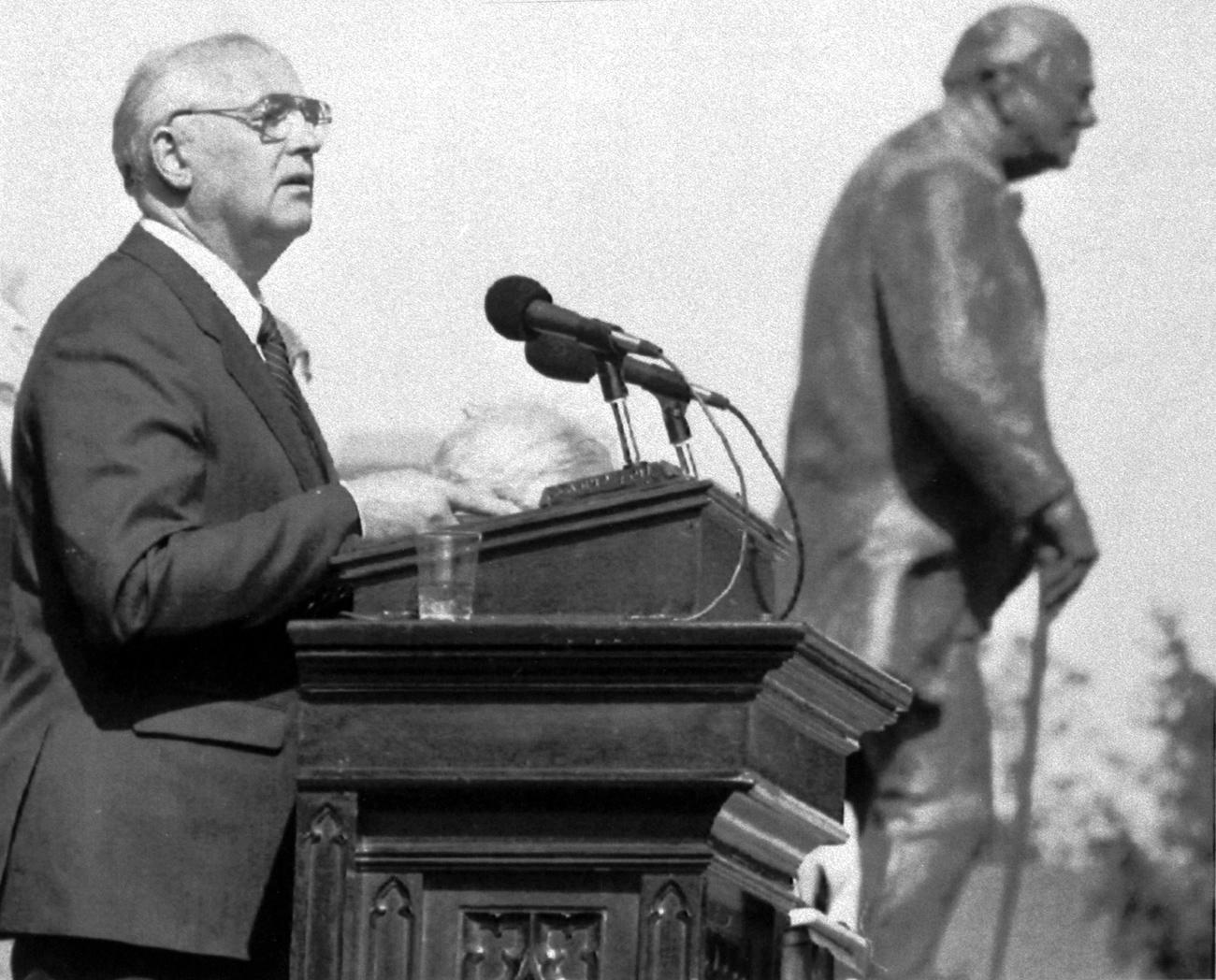 Михаил Горбачов във Фултън на 6 май 1992 г. до статуята на Уинстън Чърчил, на мястото, където той е държал речта си за желязната завеса през 1946 г. Снимка: AP