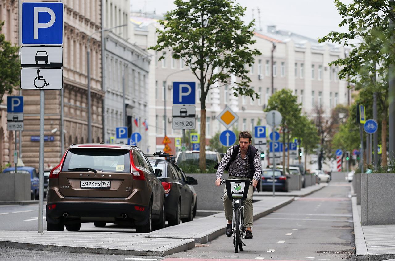 Cycling in the city center has become more convenient. / Anton Novoderezhkin / TASS