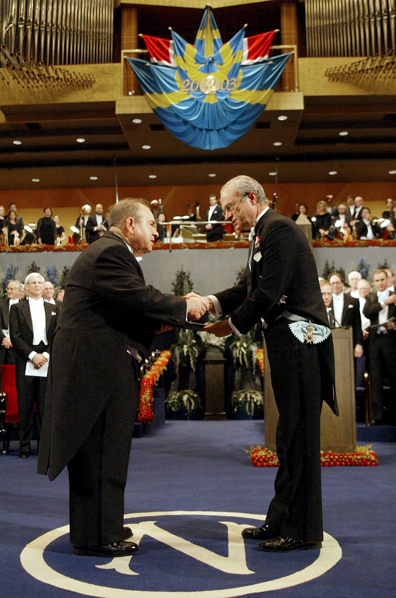 Aleksej Abrikosov (levo) sprejema Nobelovo nagrado od švedskega kralja Carla Gustafa (desno) na uradni slovesnosti v Koncertni dvorani v Stockholmu, 10. 12. 2003. / Vir: AP