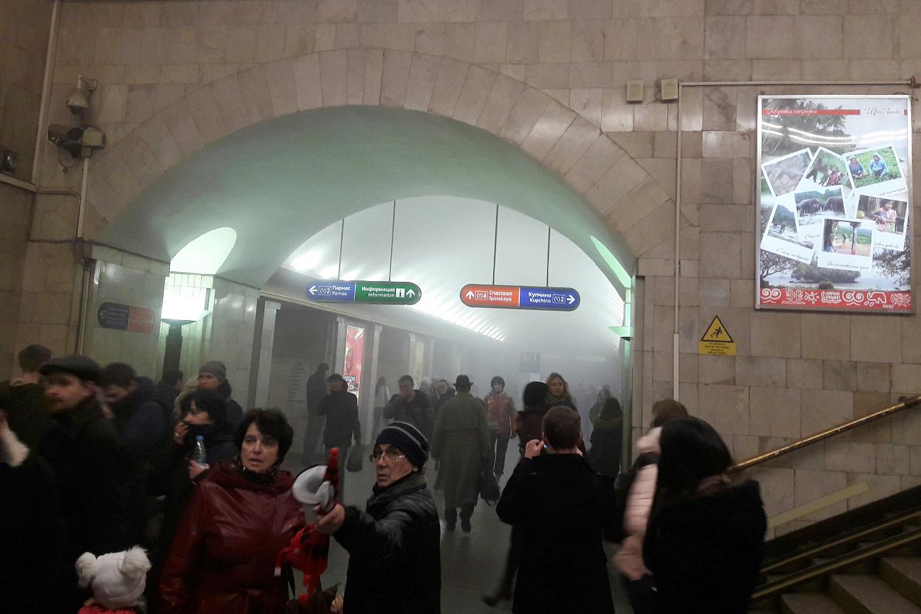 Orang-orang tampak hiruk-pikuk setelah terjadinya ledakan. Sumber: Egor Lappo / vk.com/egorlappo