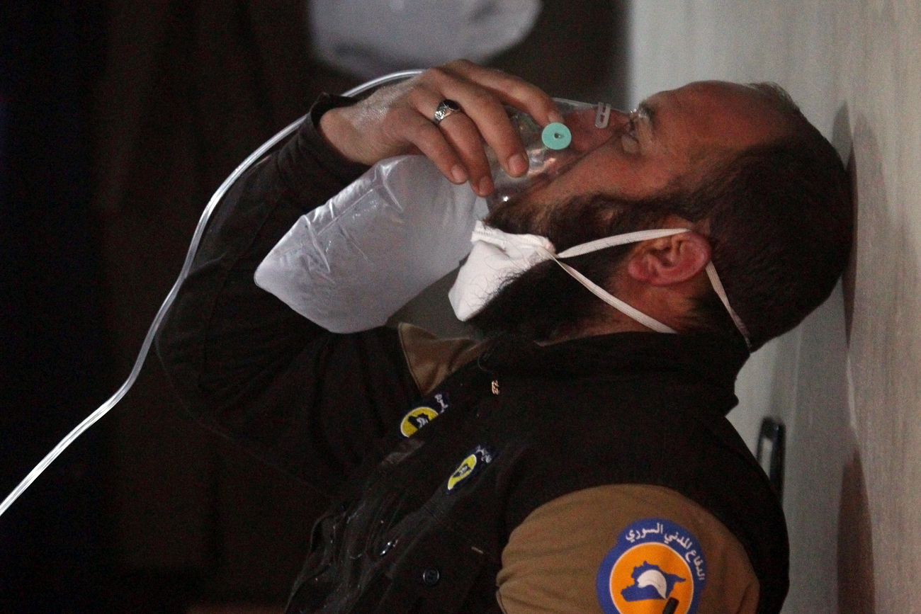 Seorang anggota pertahanan sipil bernapas melalui masker oksigen, setelah apa yang digambarkan para petugas penyelamat sebagai dugaan serangan gas di kota Khan Sheikhoun di Provinsi Idlib yang dikuasai pemberontak, Suriah, 4 April 2017. Sumber: Reuters