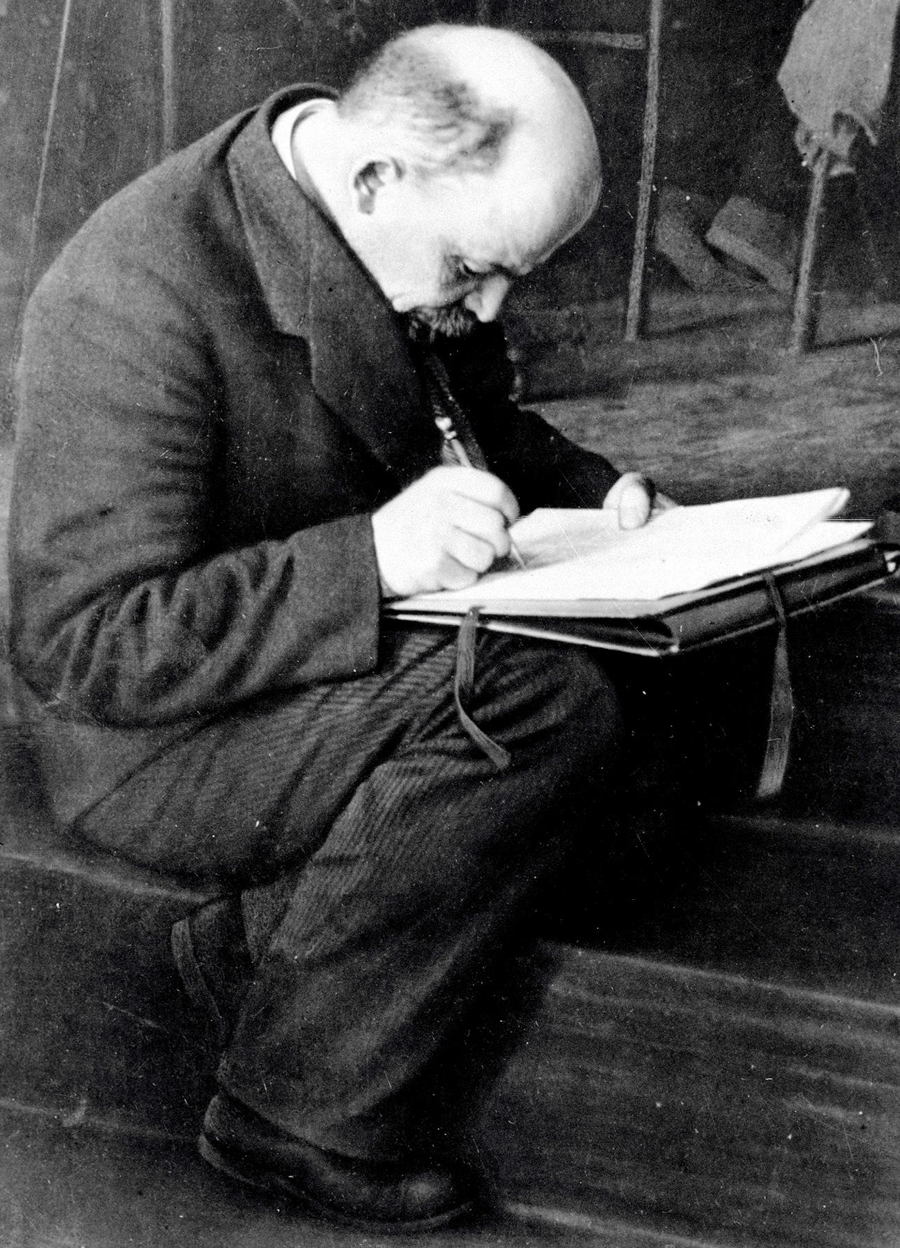 Lenin toma notas durante el III Congreso de Komintern en el Kremlin. Fuente: Karl Bulla/RIA Nóvosti