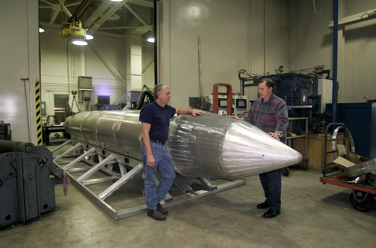 Al Weimorts (kiri), pencipta GBU-43/B, dan Joseph Fellenz, perancang model, mengecek prototipe bom MOAB sebelum masuk ke tahap pengecatan dan pengujian. Sumber: ZUMA Press/Global Look Press