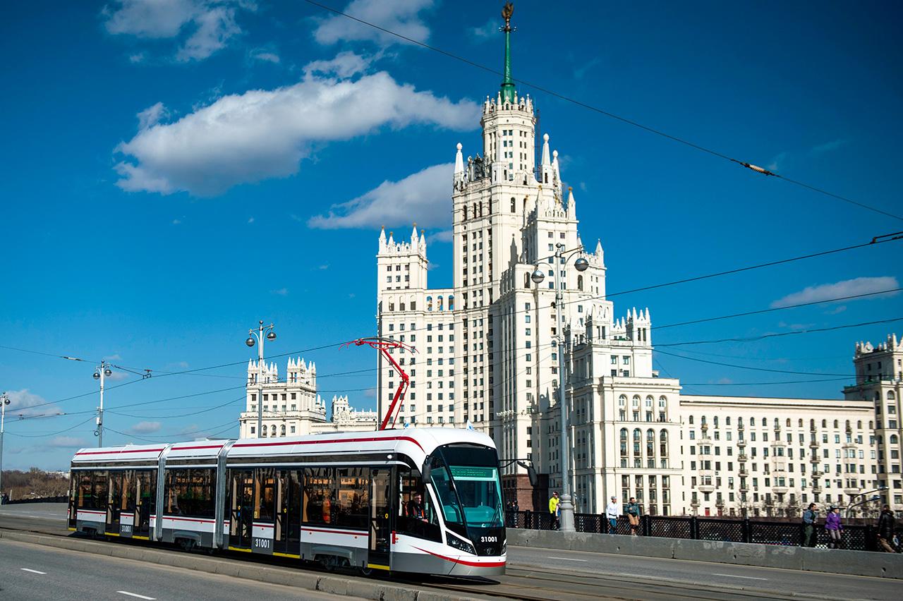 A new generation tram, Vityaz-M, rides on Bolshoi Ustinsky Bridge in Moscow. / Evgenya Novozhenina / RIA Novosti