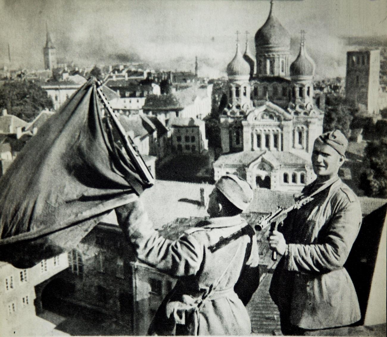 IMG: Sovjetska zastava na stavbi Vrhovnega sovjeta Estonije, Talin, 1944. / Vir: Global Look Press