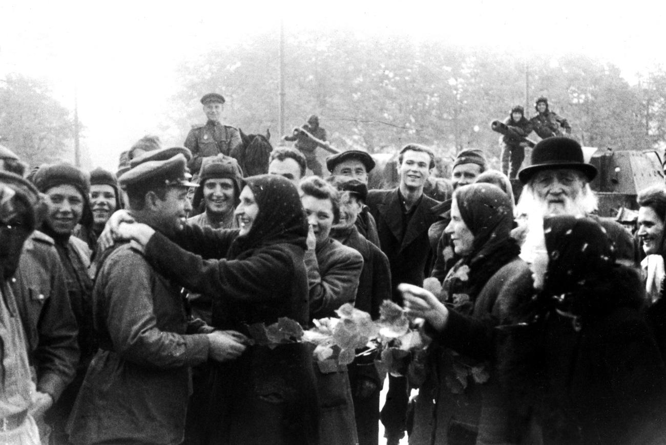 Prebivalci Rige pozdravljajo sovjetske osvoboditelje, 1944. / Vir: TASS