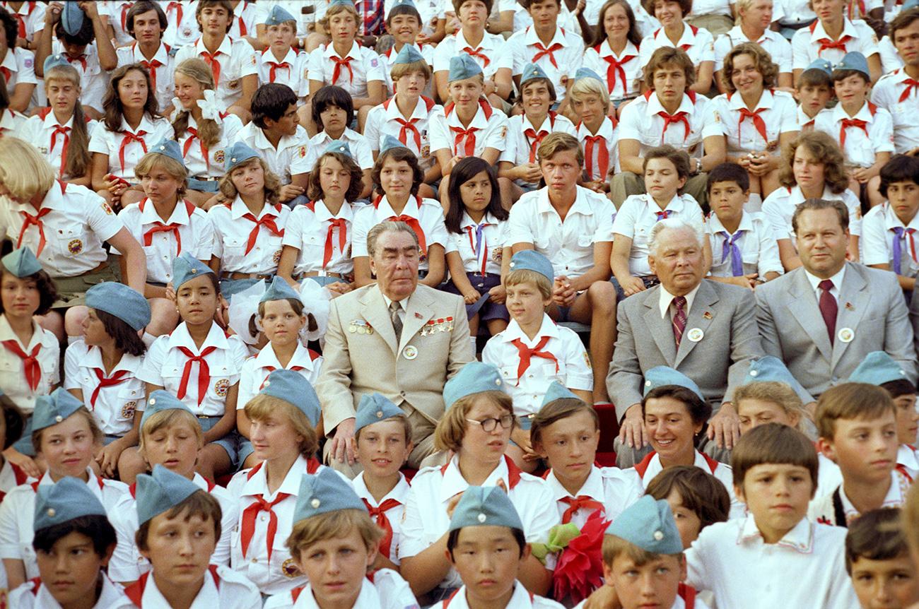 Sekretaris Jenderal Leonid Brezhnev di antara para anggota Gerakan Perintis di Pusat Anak Internasional Artek. Sumber: Vladimir Musaelyan / TASS
