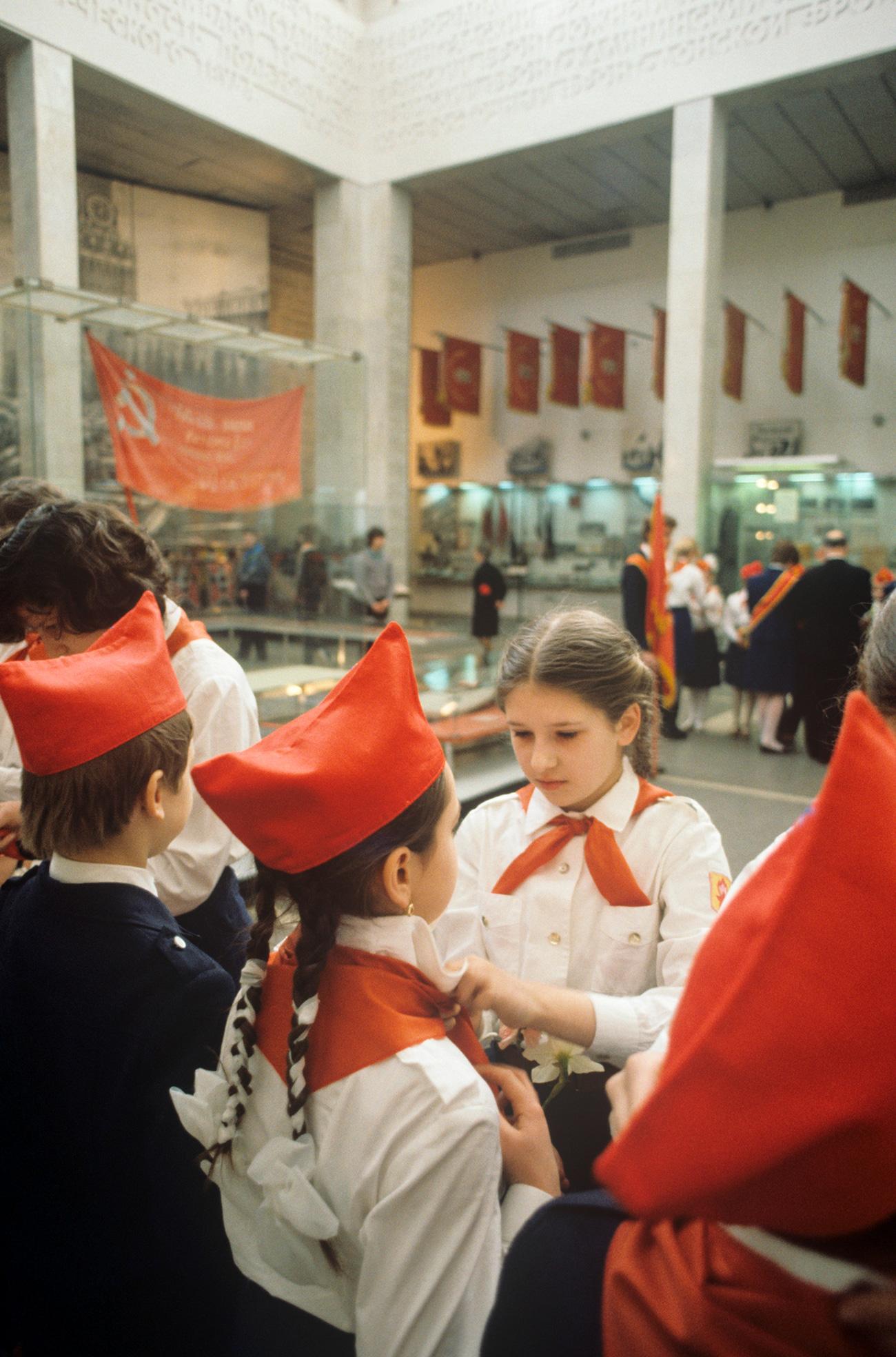 Museum Sentral Angkatan Bersenjata Uni Soviet. Para anggota Pionir secara resmi dilantik sebagai bagian dari Organisasi Persatuan Seluruh Pionir Vladimir Lenin di Aula Kemenangan. 1985. Sumber: Alexandr Graschenkov / RIA Novosti