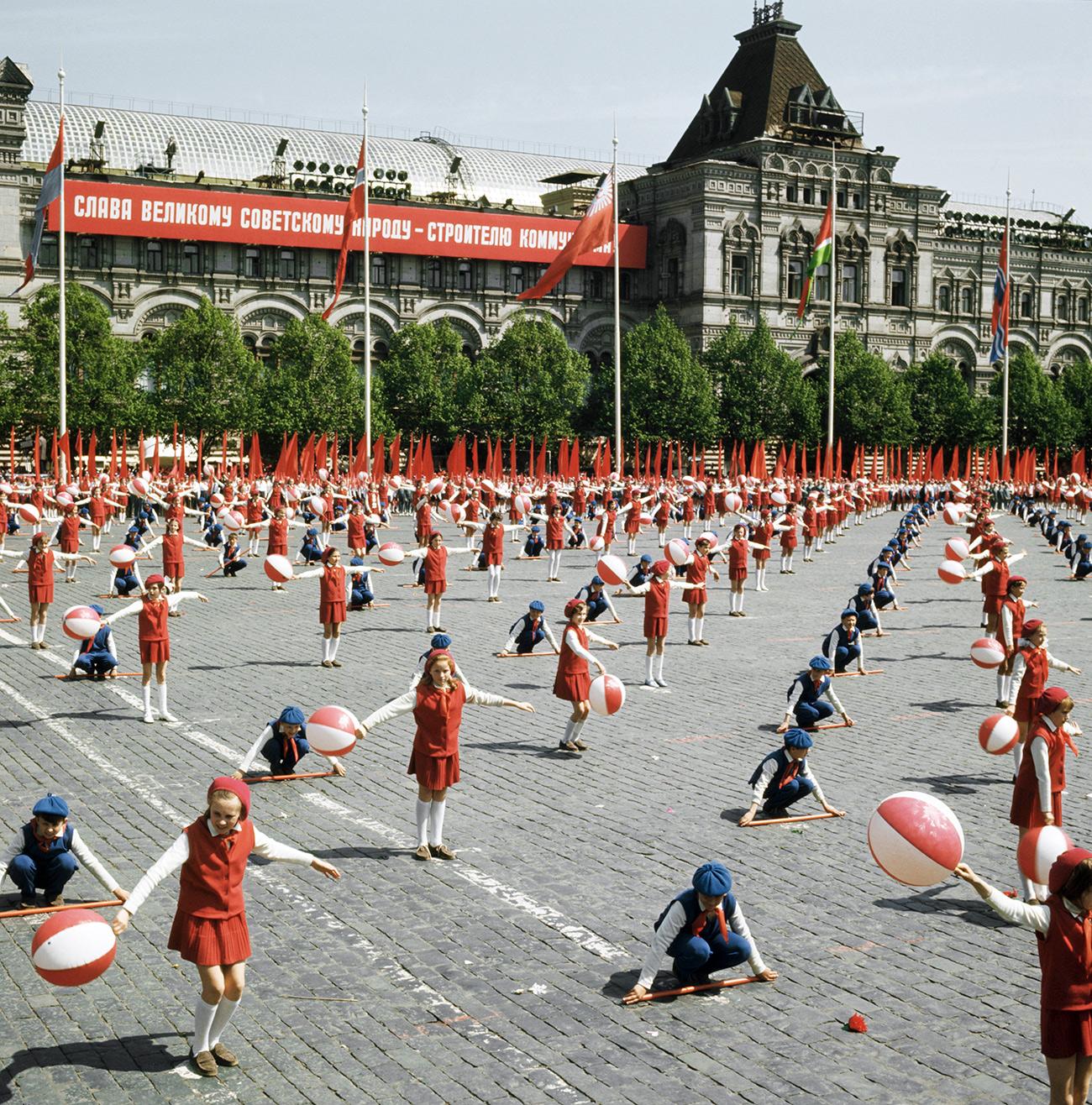 Parade perayaan 50 tahun Gerakan Pionir di Lapangan Merah, 1972. Sumber: TASS