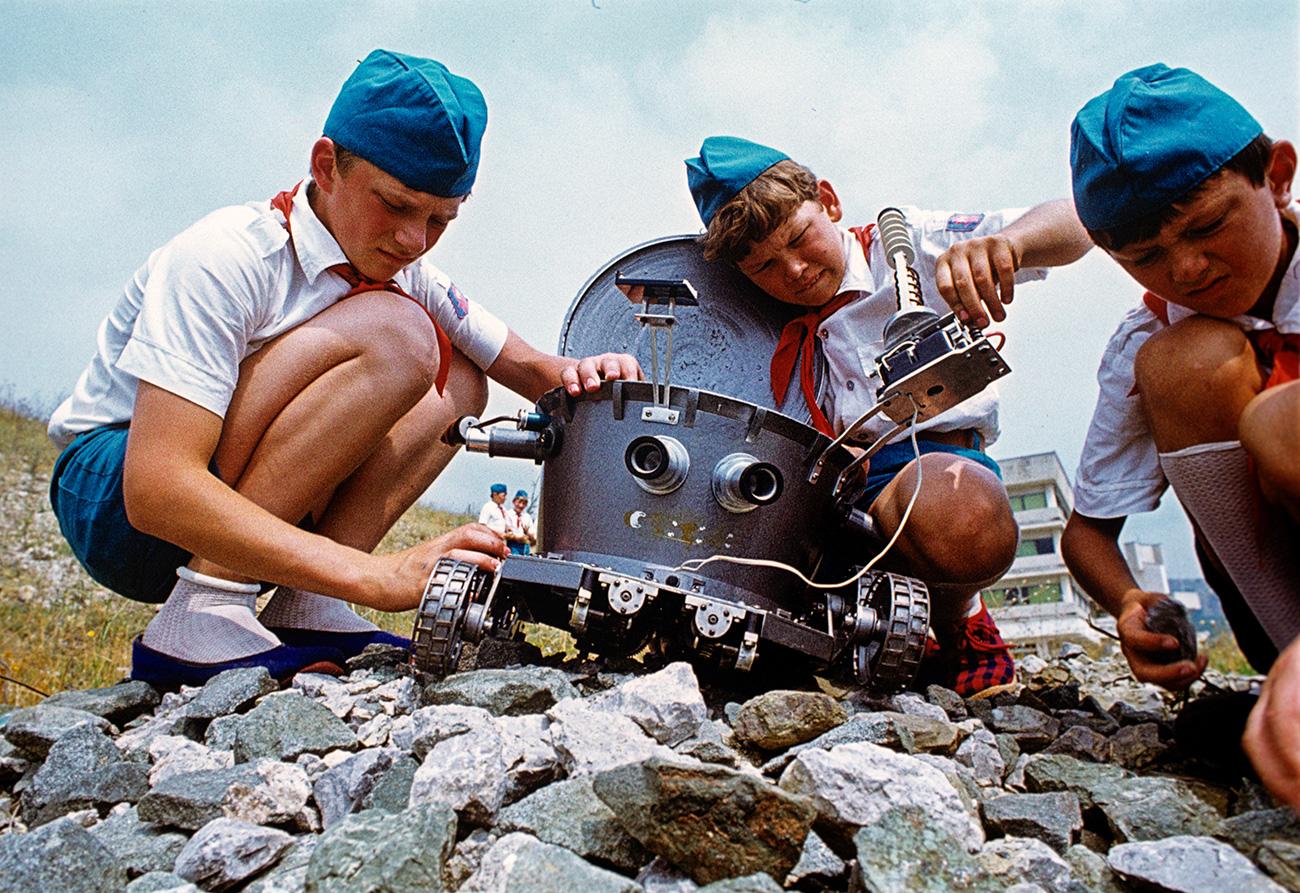 """Kamp """"Artek"""" Organisasi Persatuan Seluruh Pionir Vladimir Lenin. Anak-anak dari klub Insinyur Muda menguji model Lunokhod (robot lunar rover Soviet yang dirancang untuk mendarat di Bulan) pada 1 Juni 1978. Sumber: V. Lagranzh / RIA Novosti"""