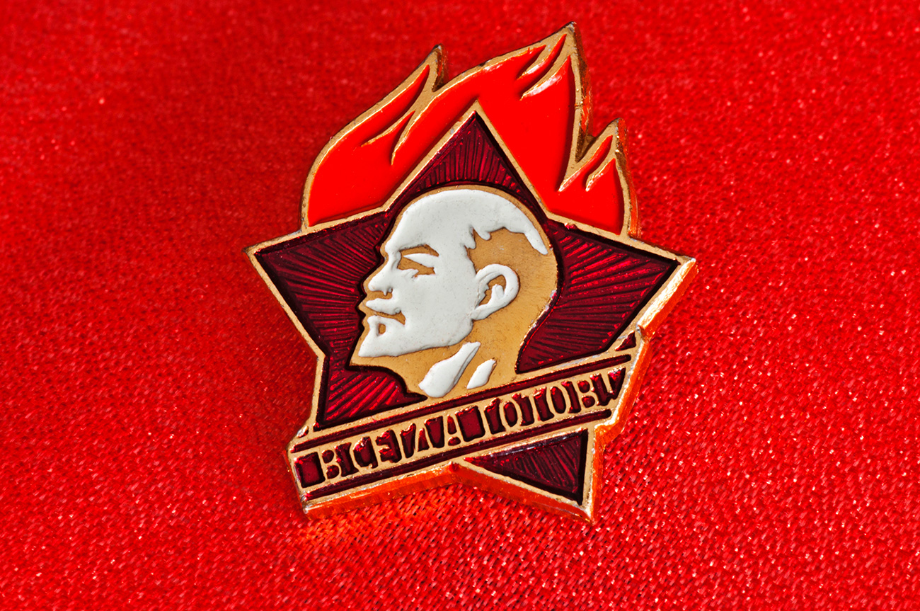 "Pin anggota Gerakan Pionir yang menggambarkan Lenin dengan slogan ""Selalu Siap""."