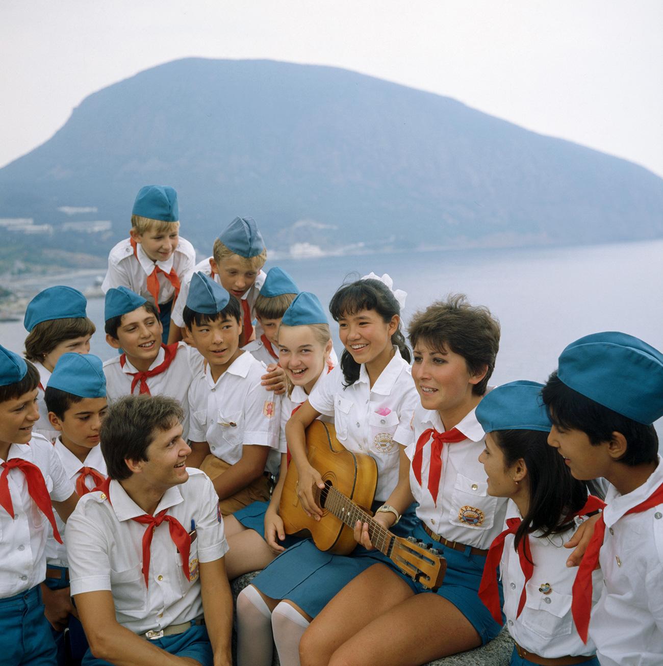 Ketika sebuah kamp Gerakan Pionir telah usai, anak-anak akan menuliskan nama dan alamat masing-masing pada dasi-dasi mereka untuk bertukar surat dan tetap berhubungan saat mereka kembali ke rumah.