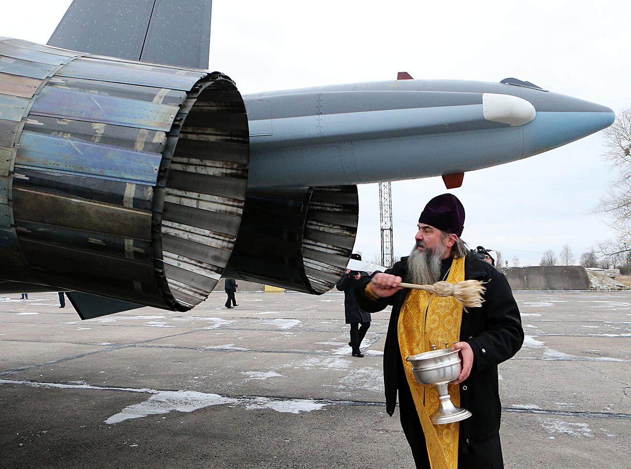 Cerimônia de santificação de caça multifuncional Sukhôi 30SM, antes de integrar a aviação naval da Frota do Báltico. Benção ocorreu em aeródromo de Tcherniakhovsk, na região de Kaliningrado (Foto: Ígor Zarembo/RIA Nôvosti