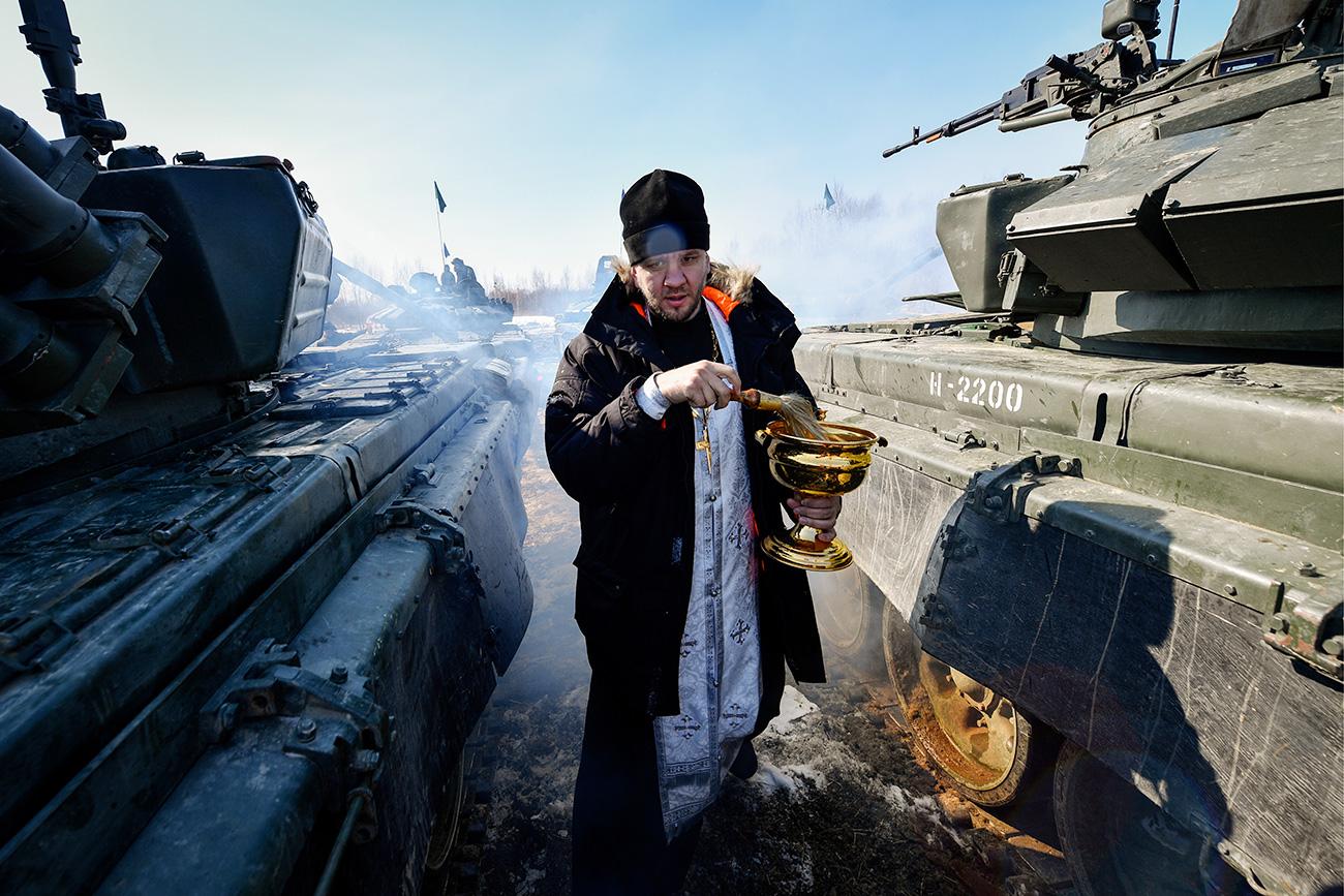 Padre ortodoxo russo realiza cerimônia antes de corrida de tanques das eliminatórias do Biatlo Internacional de Tanques 2017 (Foto: Iúri Smitiuk/TASS)