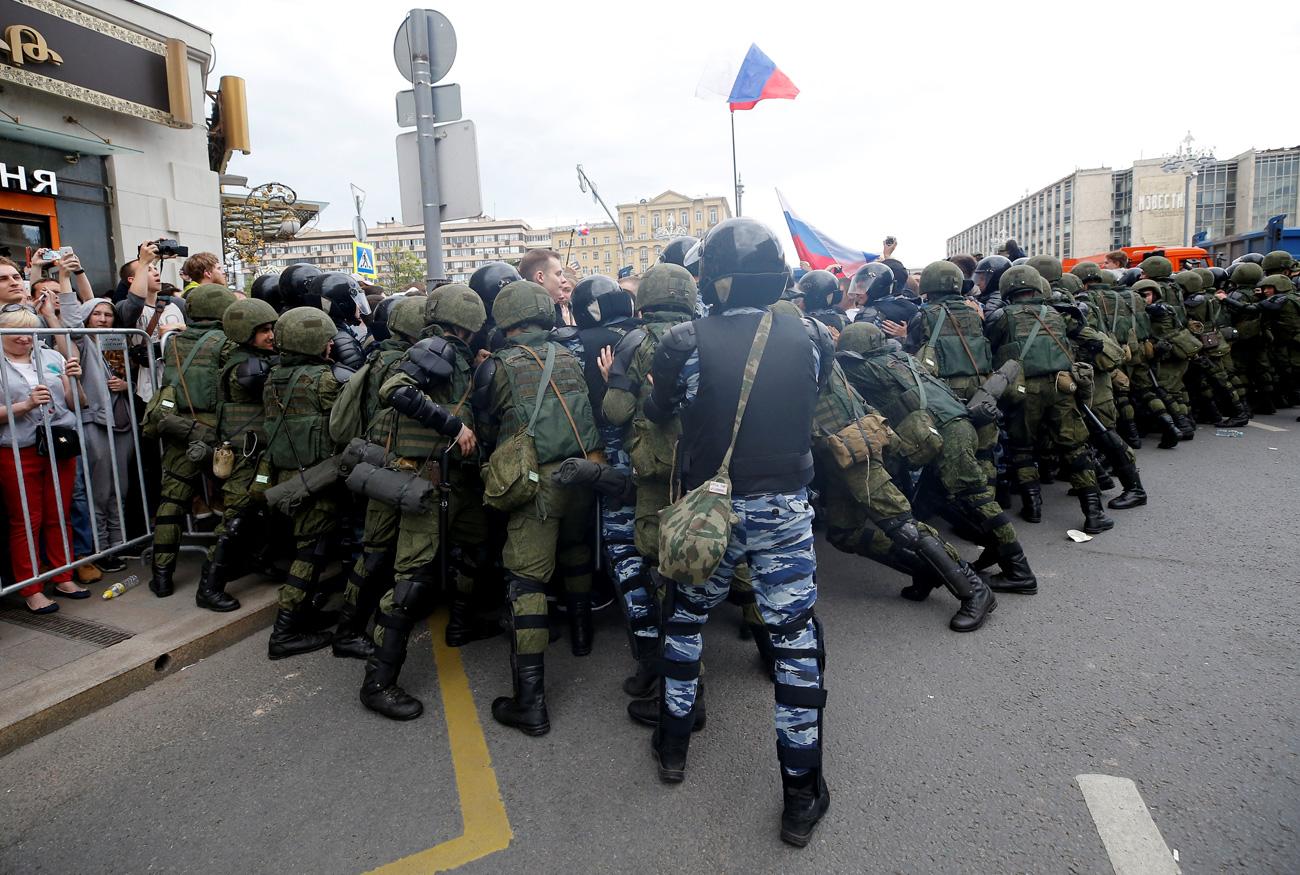 La policía empuja a los manifestantes en el centro de Moscú, el 12 de junio de 2017. Fuente: Reuters