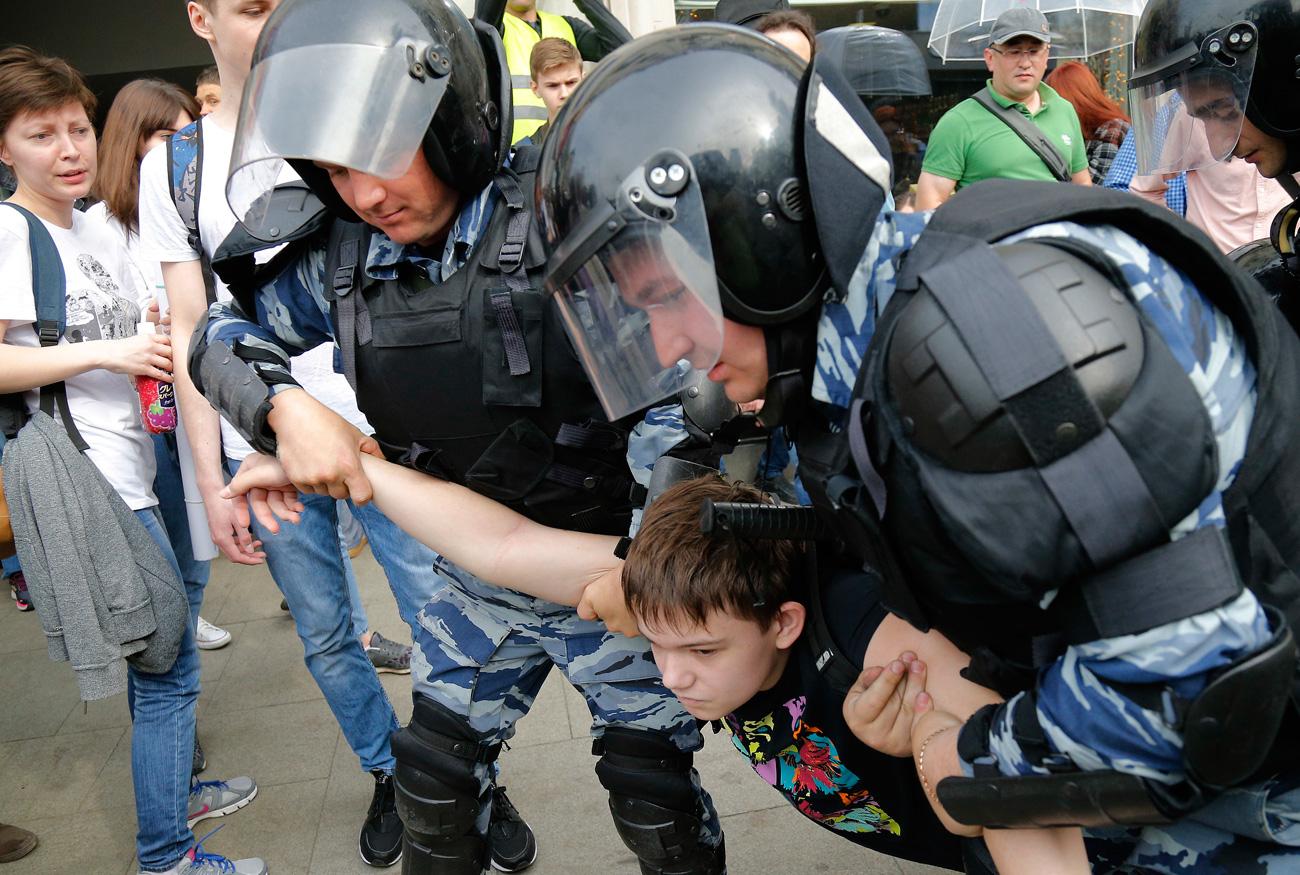 8) Detención de un joven en las protestas de Moscú, el 12 de junio de 2017. Fuente: AP