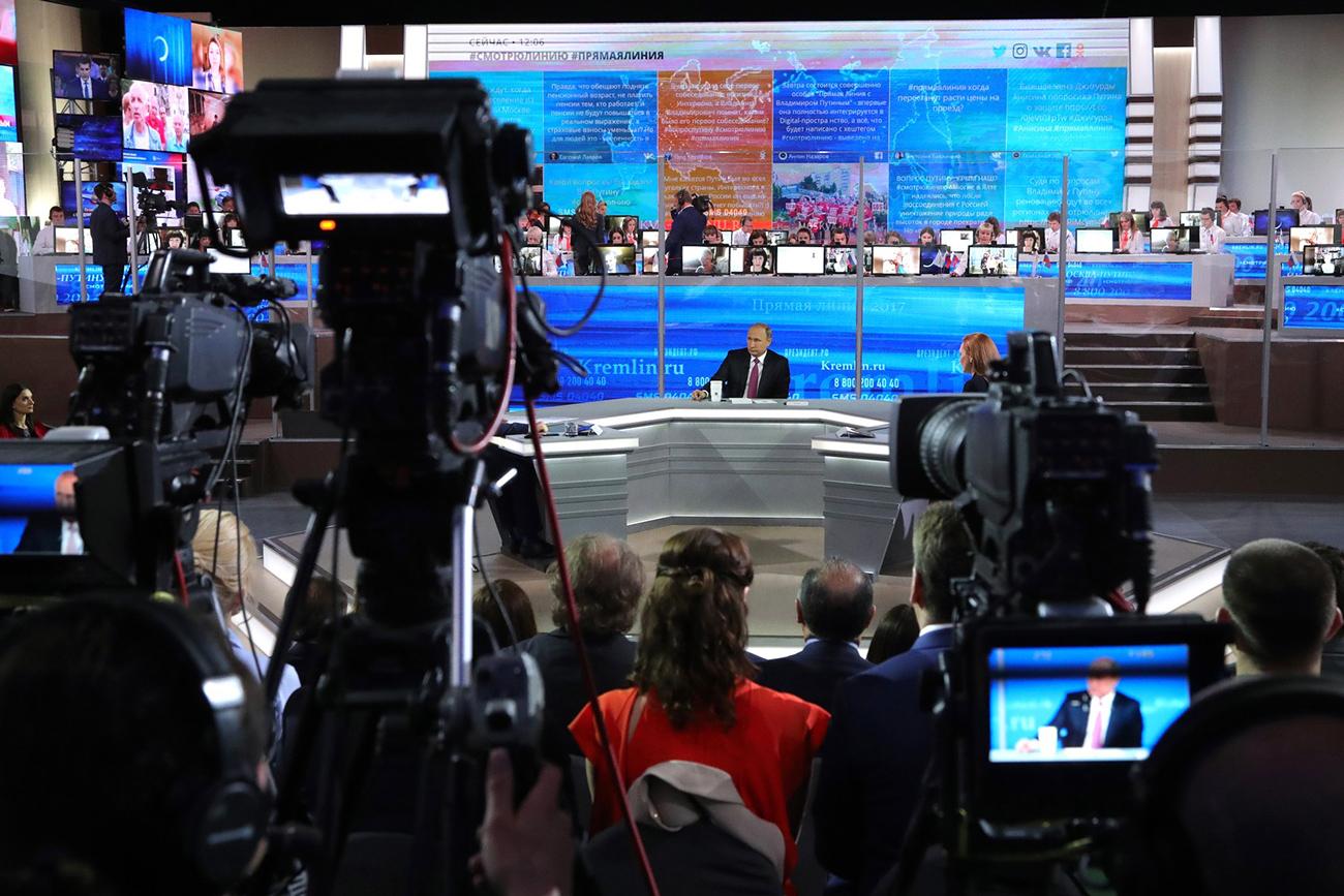 Presiden Rusia Vladimir Putin di studio Gostiny Dvor selama Sesi Tanya Jawab Tahunan. Sumber: Global Look Press
