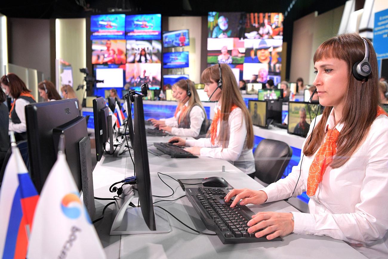 Para operator di studio Gostiny Dvor sebelum Sesi Tanya Jawab Tahunan dengan Vladimir Putin disiarkan secara langsung oleh saluran-saluran televisi dan radio Rusia. Sumber: Global Look Press