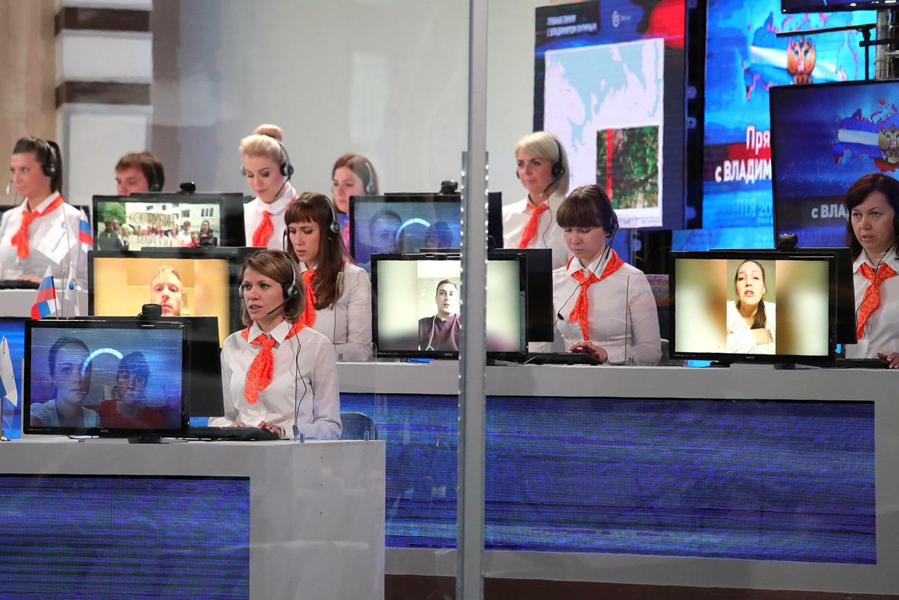 Para operator di studio Gostiny Dvor. Sumber: Global Look Press