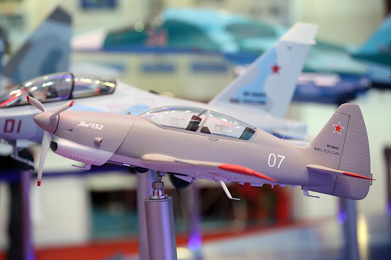 Sebuah model pesawat Yak-152 Rusia dipamerkan oada Pameran Aviasi dan Kedirgantaraan Airshow China 2016. Sumber: Marina Lystseva/TASS