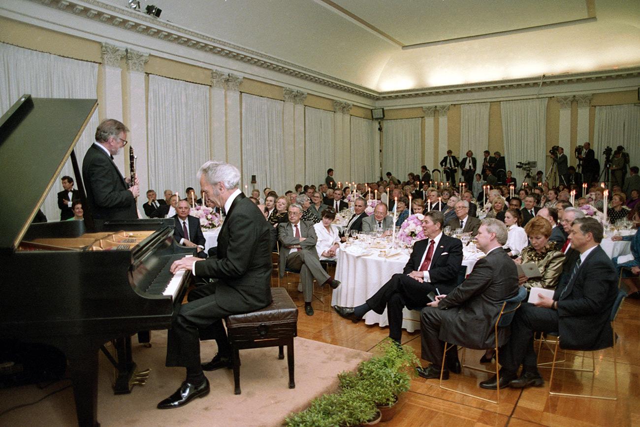 Ronald Reagan y su mujer Nancy Reagan con Mijaíl Gorbachov y su esposa Raisa durante una comida organizada en la residencia del embajador de EE UU en Moscú el 31 de mayo de 1988. Fuente: Yulia Lizunova/TASS