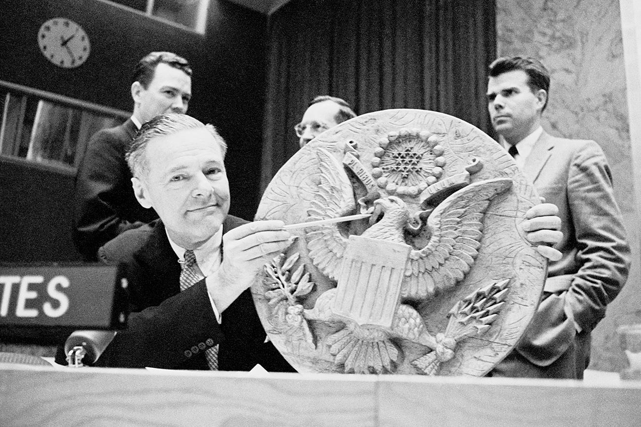 Henry Cabot Lodge, representante de EE UU ante la ONU, señala el lugar en el que se colocó el emblema con el micrófono. Fuente: Getty Images