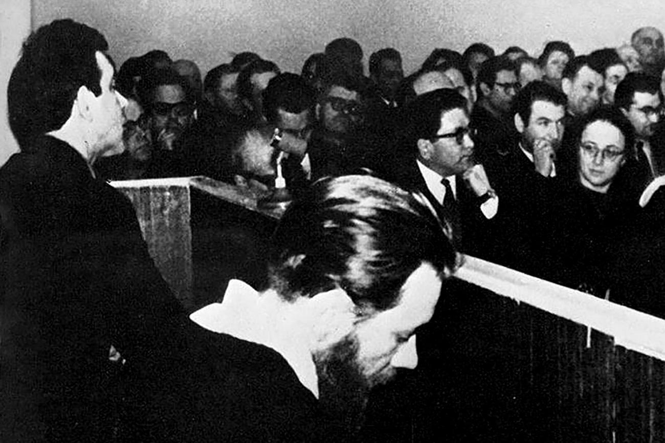 Yuri Daniel (kiri) dan Andrei Sinyavsky dalam persidangan. Sumber: Foto arsip