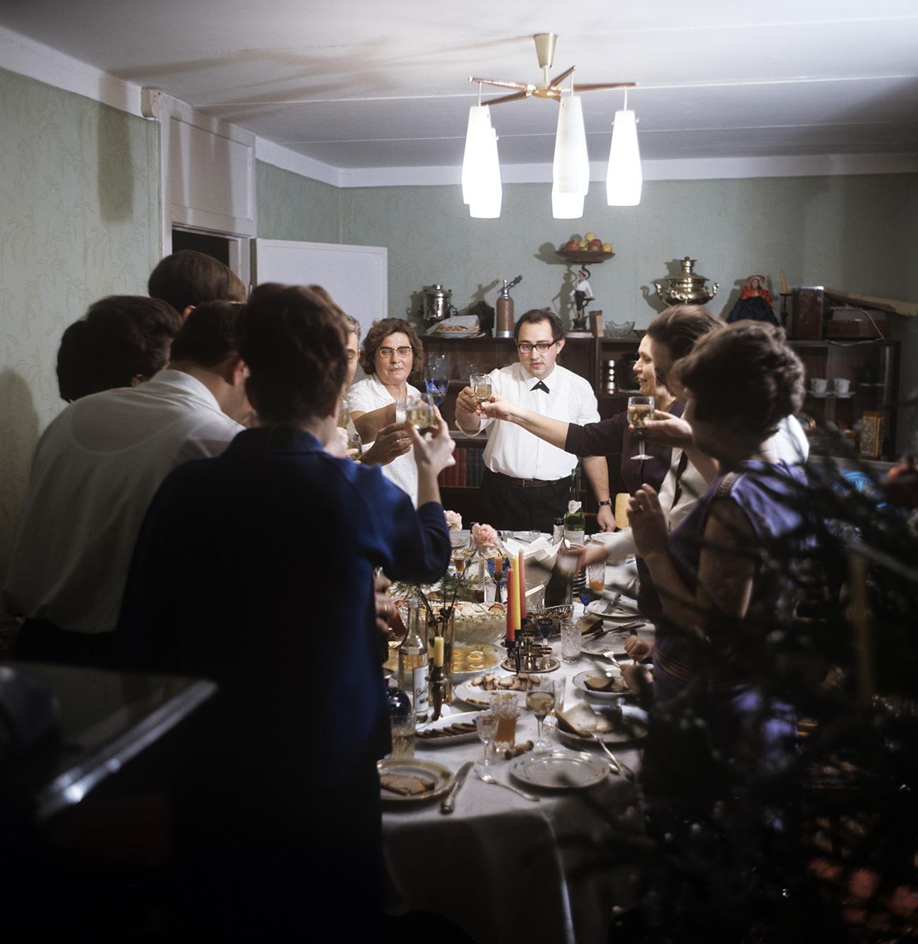 Orang-orang Rusia menyukai pesta besar berjam-jam dengan teman dan sanak saudara. Sumber: Boris Kavashkin/RIA Novosti