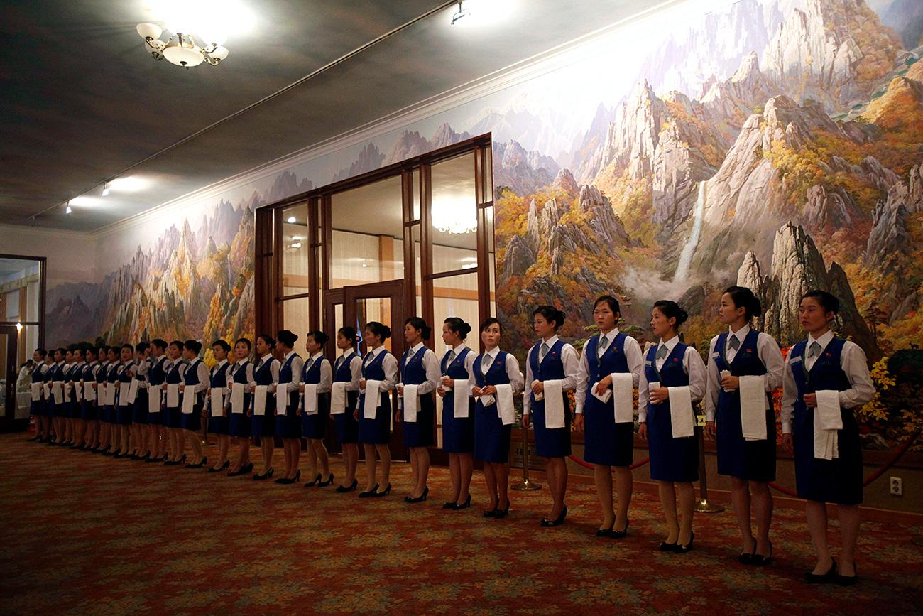 Camareras norcoreanas esperan un hotel en Kumgang. Fuente: AP