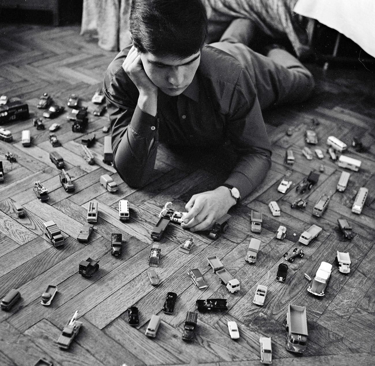 Seorang anak pengoleksi mobil-mobilan, 1968. Sumber: Boris Ushmaykin/RIA Novosti
