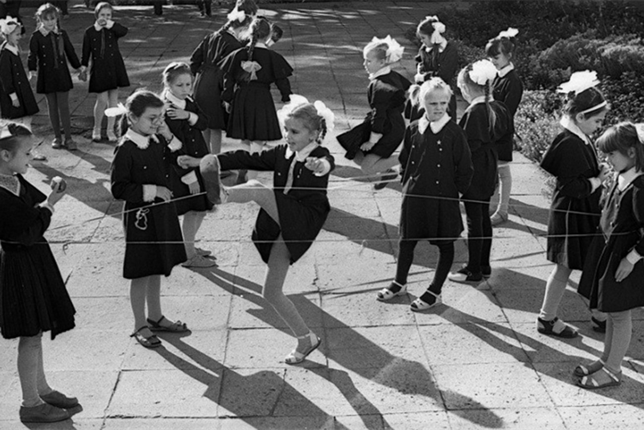 Anak-anak perempuan bermain lompt tali Prancis seusai sekolah. Sumber: ussr-kruto.ru