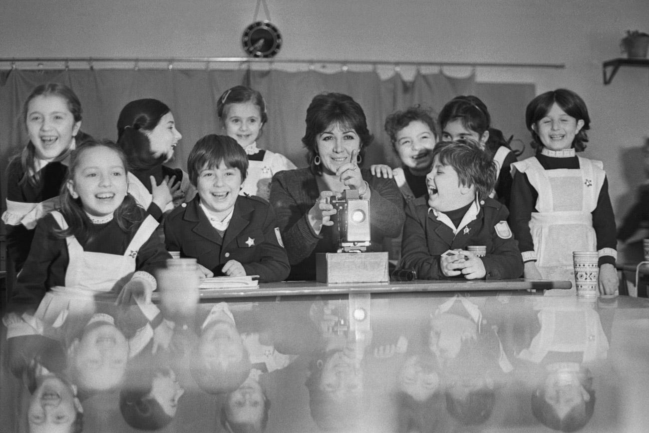 Anak-anak sekolah menonton film lucu selama jam istirahat, 1984.Sumber: Sergey Edisherashvili/TASS