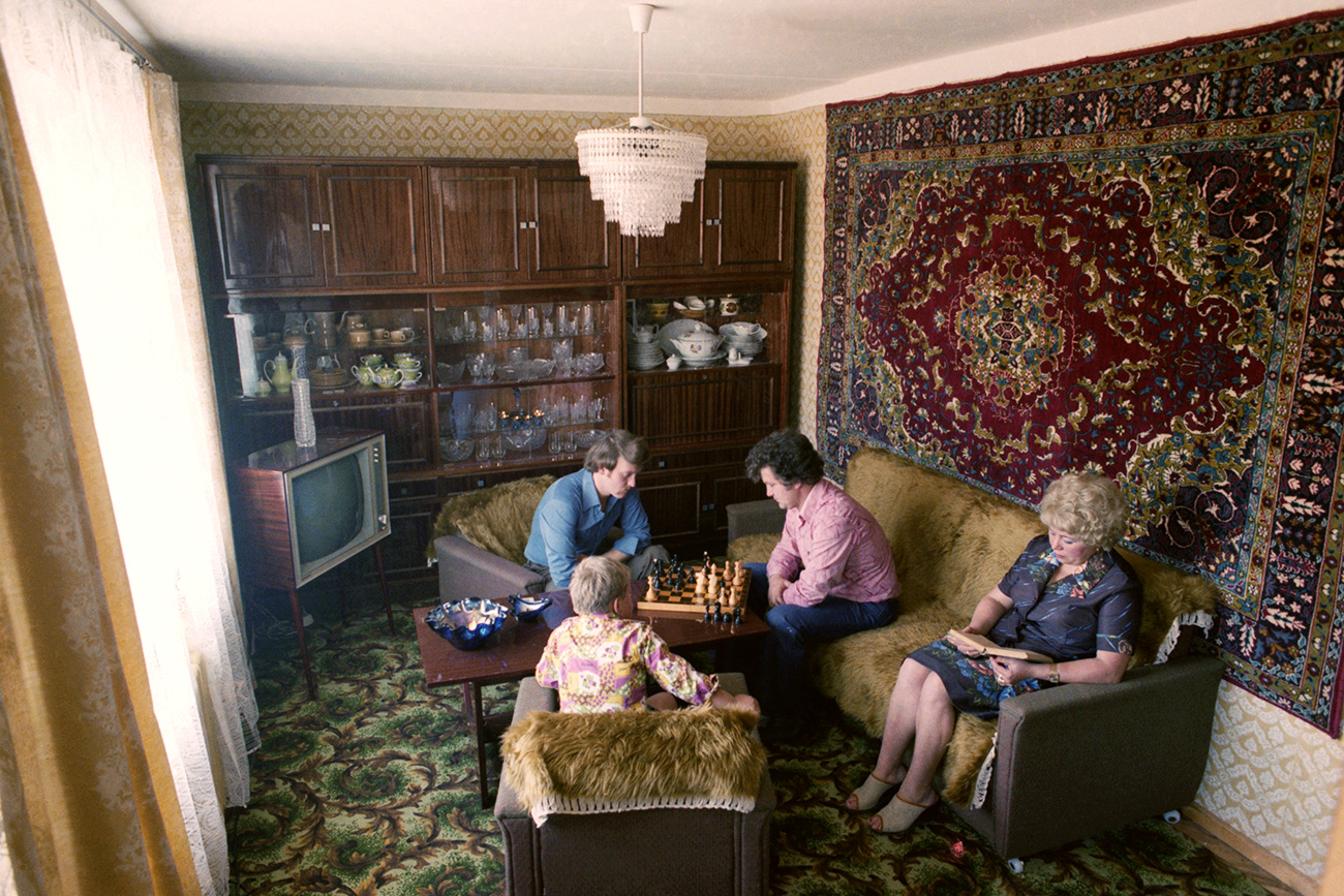 Tipikal interior apartemen masyarakat Uni Soviet, 1979. Sumber: Nikolai Akimov/TASS