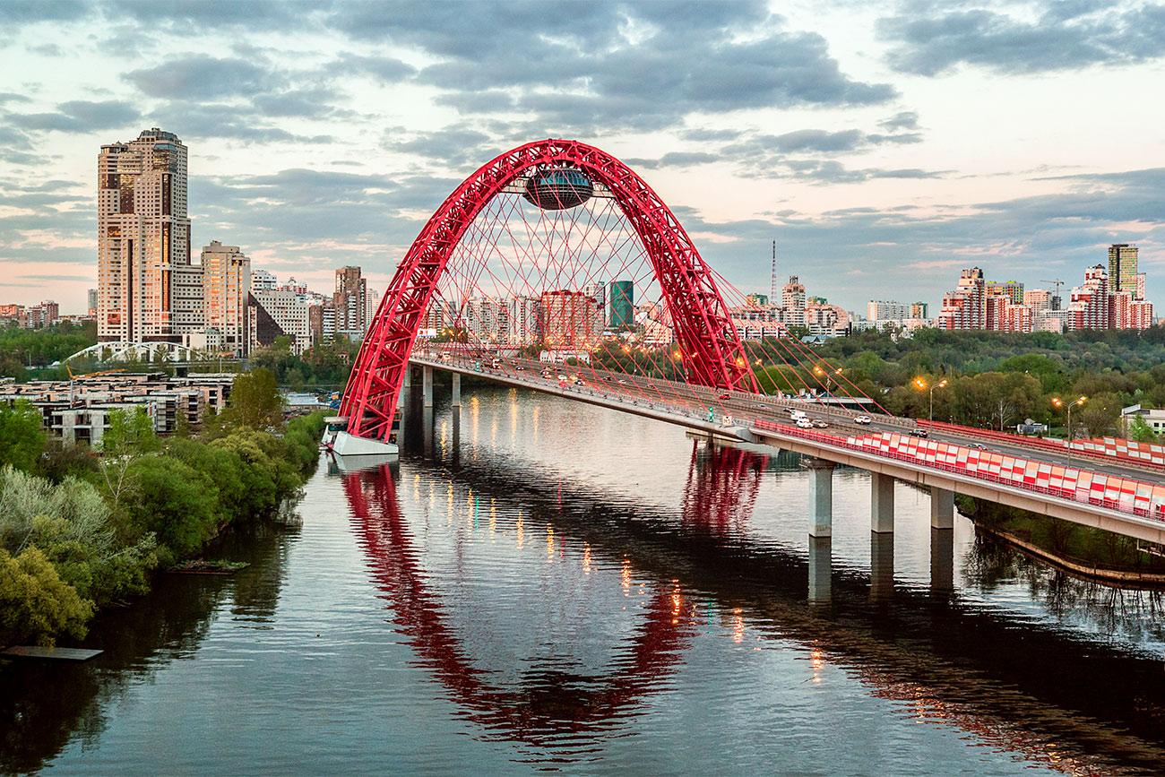 """Este puente sobre el río Moscova """"Zhivopisni Most"""". Fuente: Antón Denísov/RIA Novosti"""