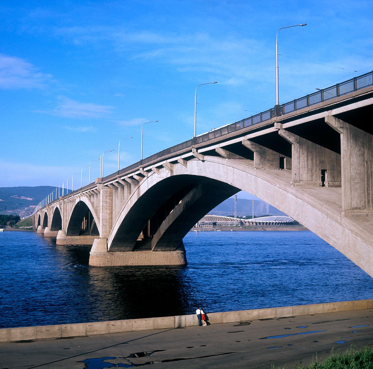 El puente Kommunalni sobre el río Yeniséi. Fuente:Freidberg/RIA Novosti
