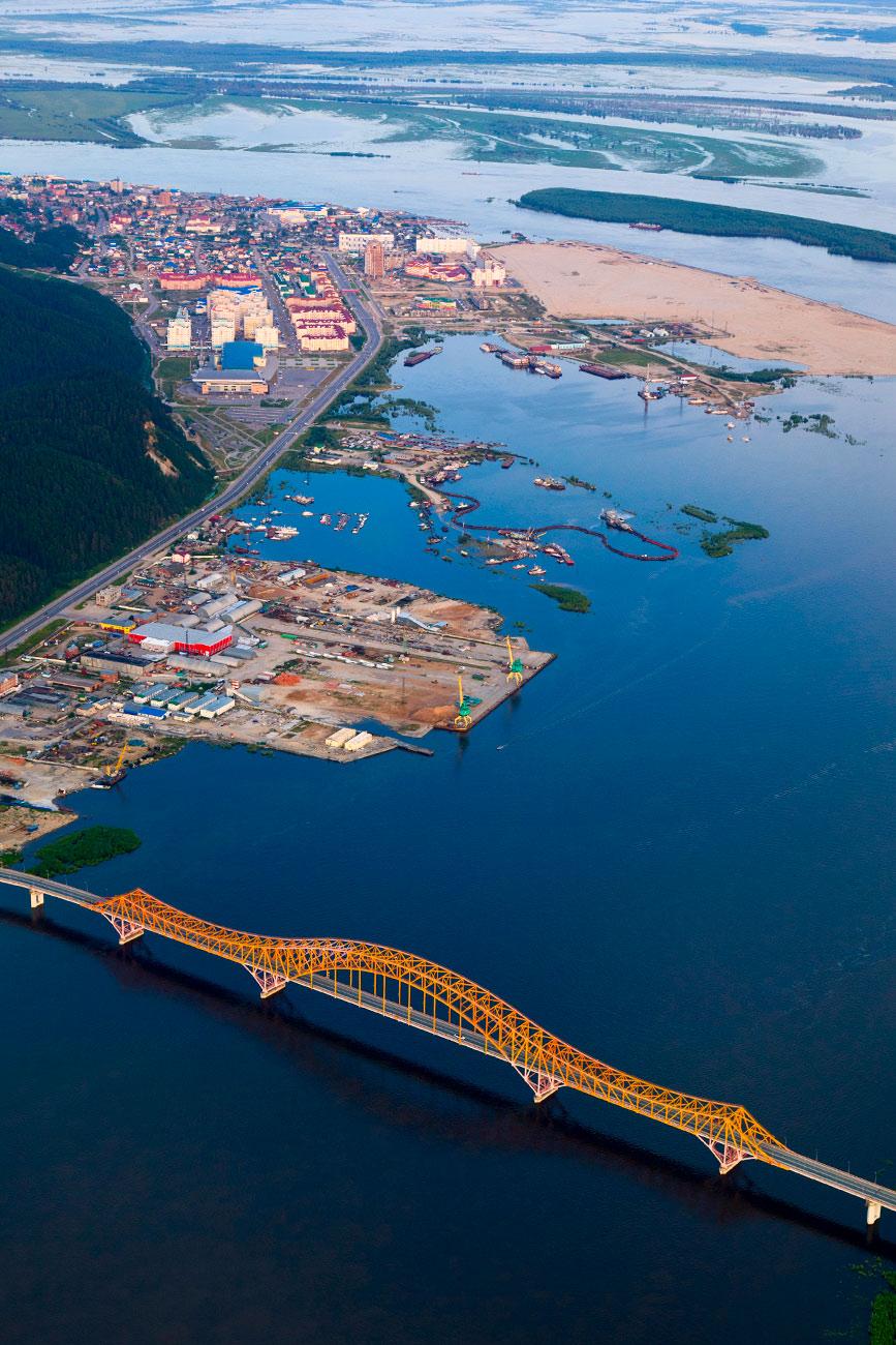 """El puente sobre el río Irtysh """"El Dragón Rojo"""". Fuente: Legion Media"""