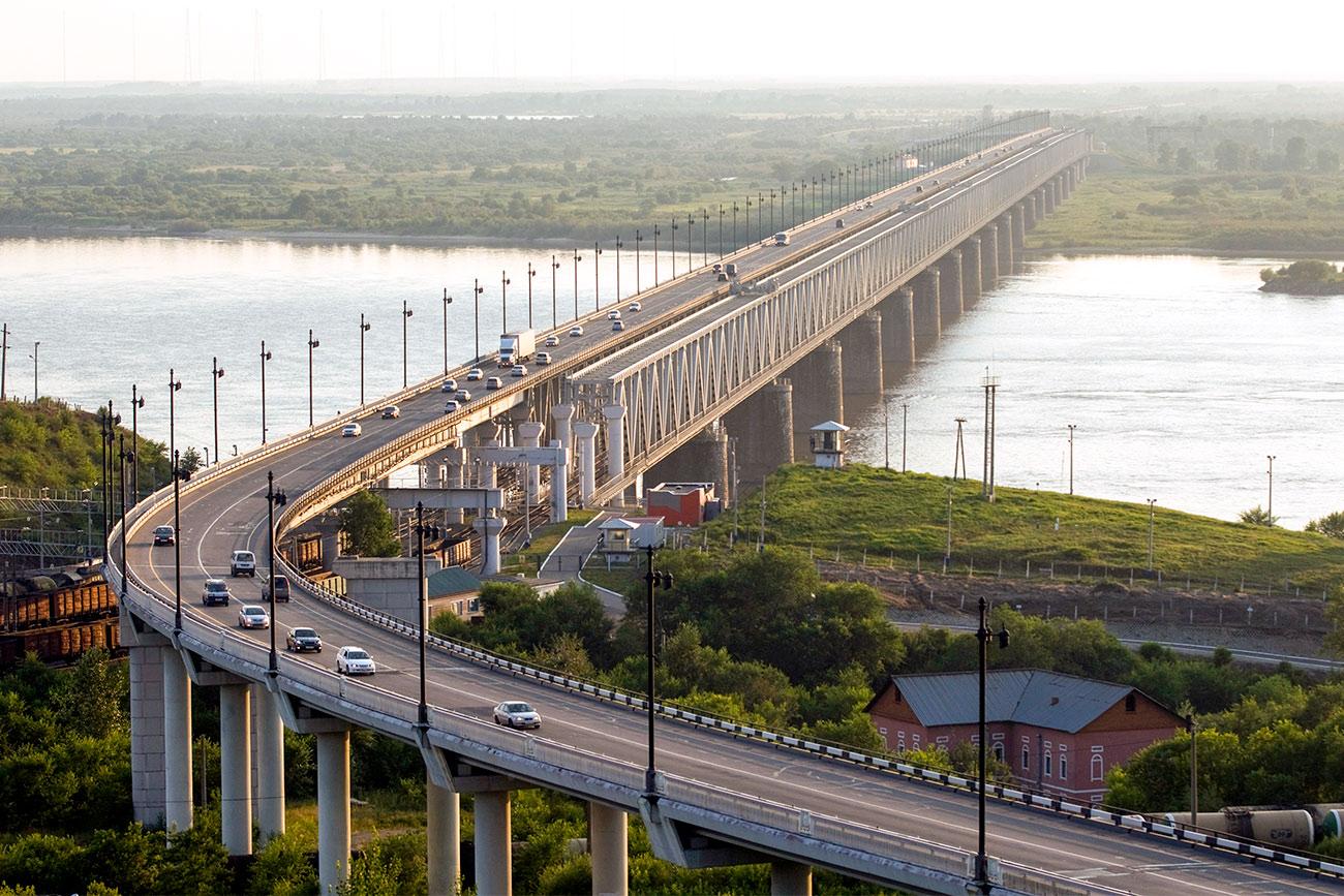 El puente de Jabárovsk sobre el río Amur. Fuente: Vitali Beloúsov/RIA Novosti