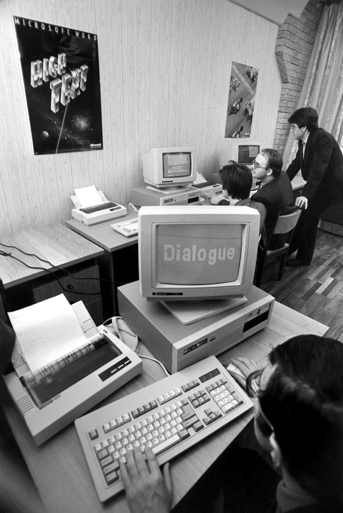 Osebni računalniki, izdelani v ZDA, v sobi Ekonomskega računovodskega centra sovjetsko-ameriškega podjetja za proizvodnjo računalnikov, ki so ga ustanovili v mestu Gorki. Vir: Nikolaj Moškov/TASS