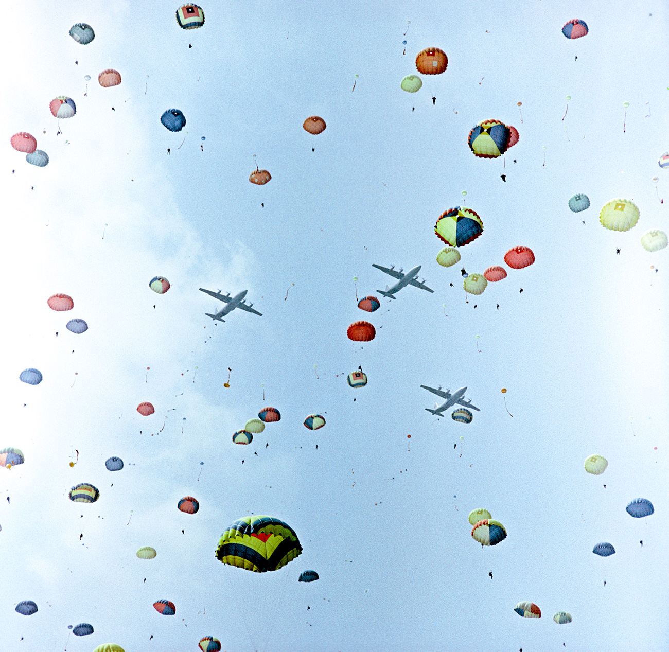 Terjun payung dari An-12 selama festival penerbangan pada 1967. Sumber: A. Polikashin/RIA Novosti