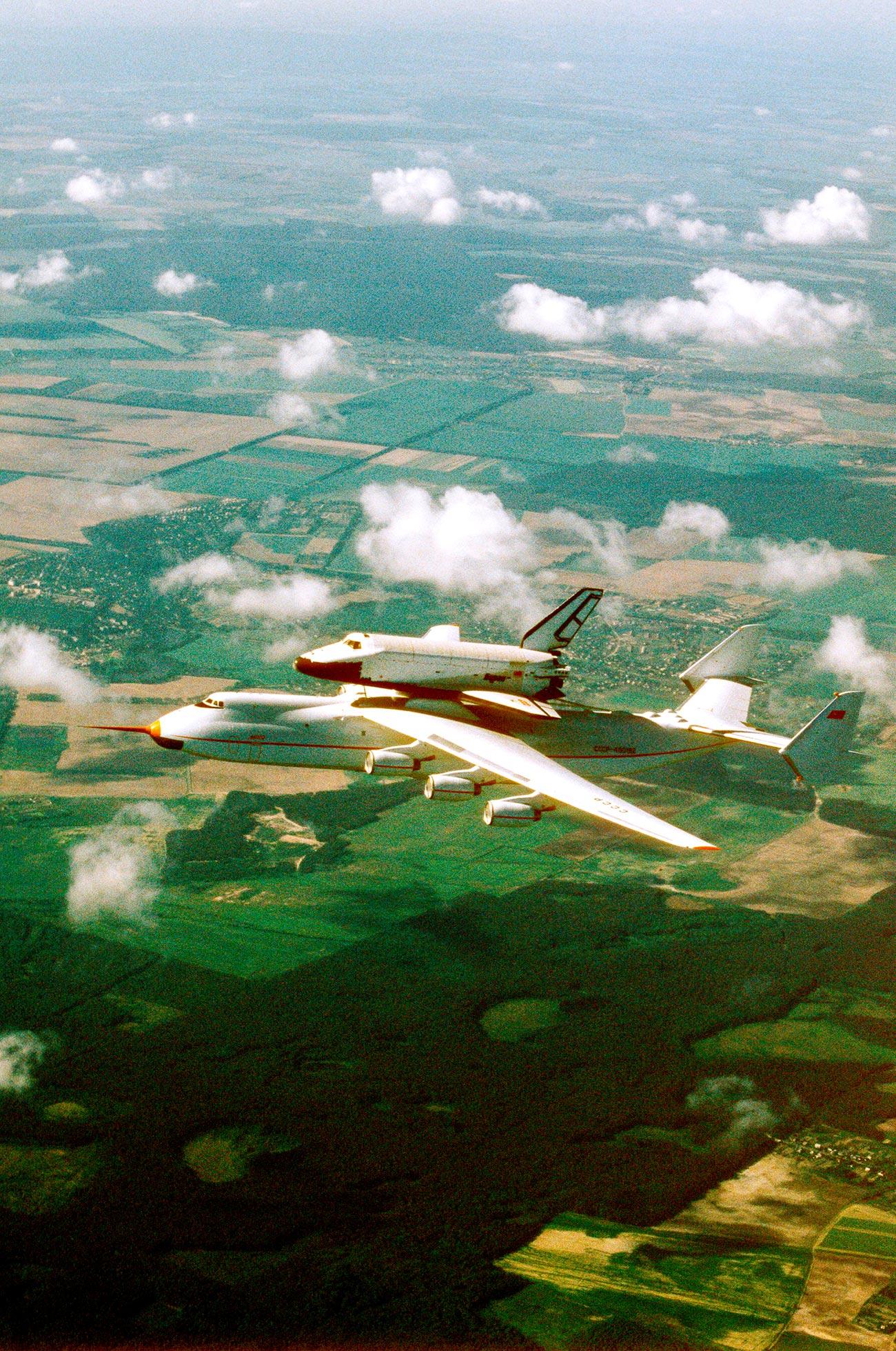 Pesawat An-225 Mriya mengangkut pesawat ulang-alik Buran pada 2006. Sumber: Igor Kostin/RIA Novosti
