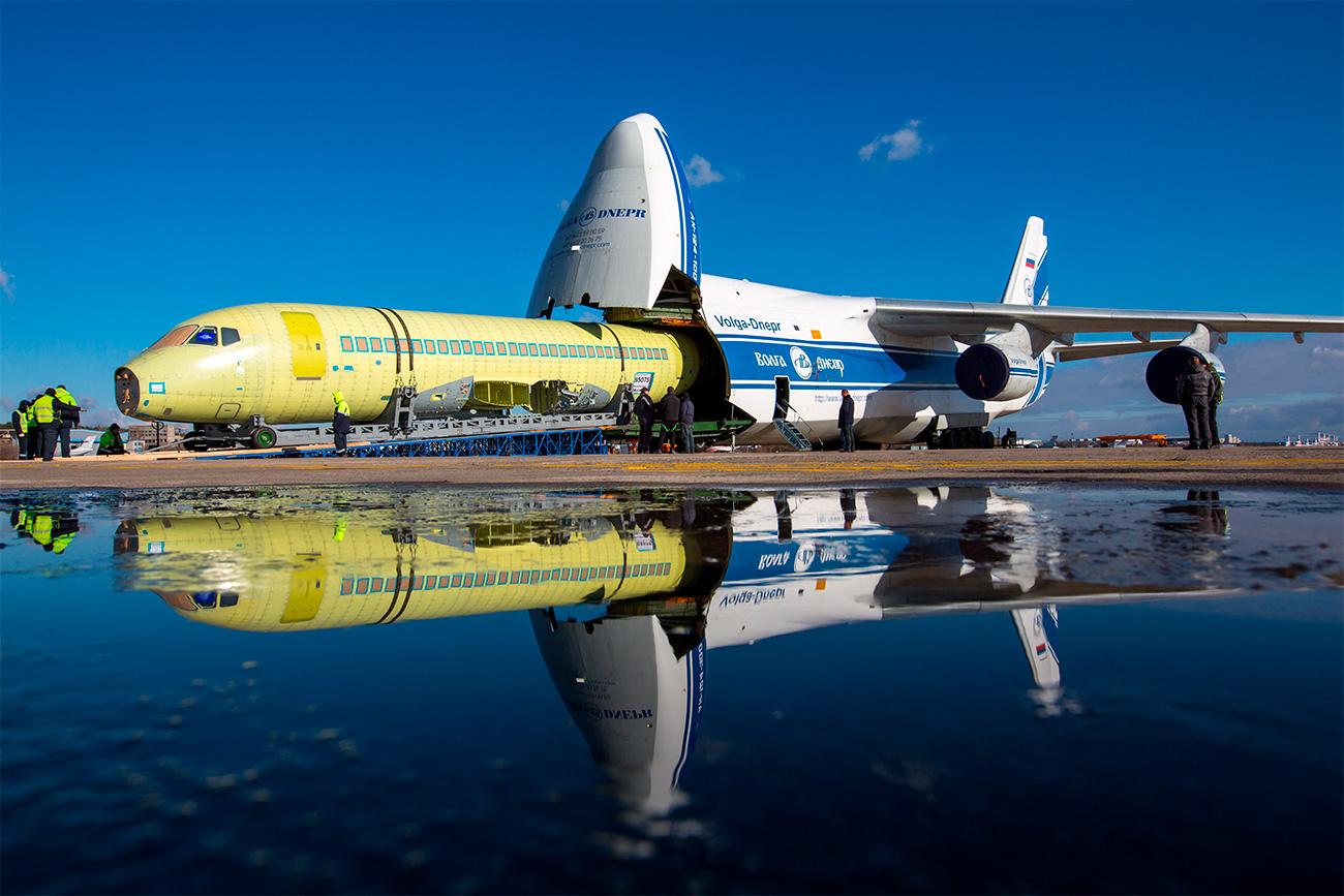 Kerangka pesawat Sukhoi Superjet 100 hendak diangkut dengan An-124 pada 2014. Sumber: Marina Lystseva/TASS