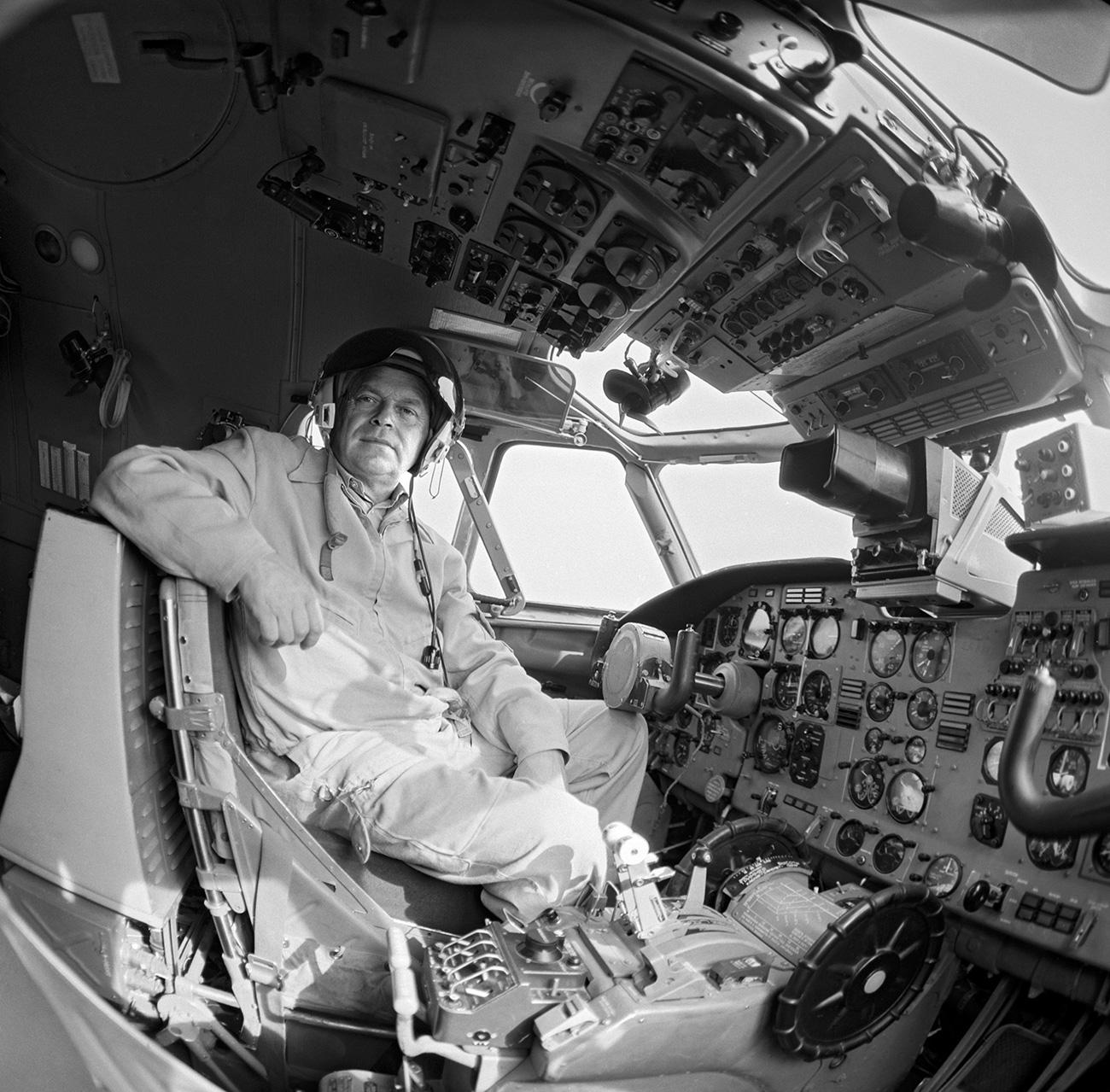 Pilot uji coba Vladimir Tkachenko di kokpit An-32 pada 1986. Sumber: Denisov Vadim/RIA Novosti