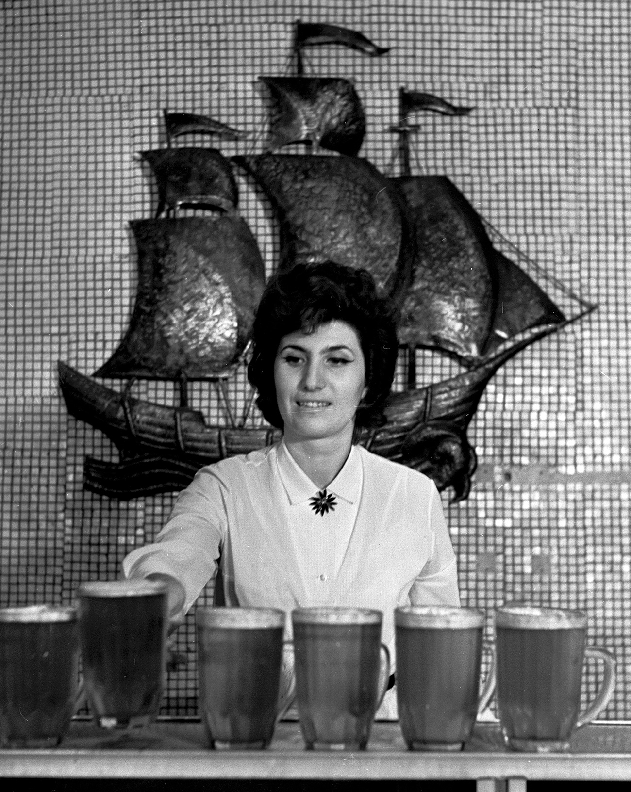 Natakarica v baru Gambrinus, 1967. Vir: RIA Novosti