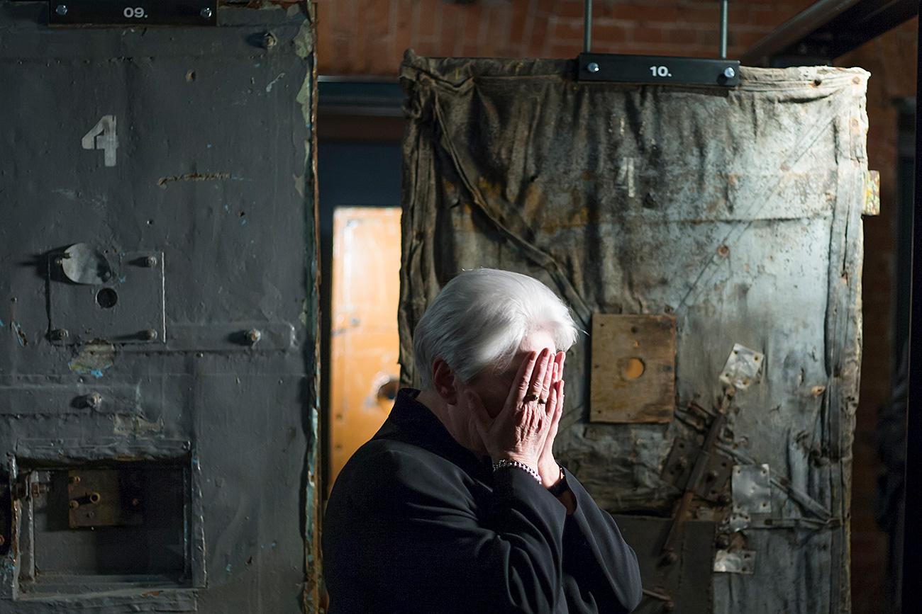Natalija Solženicina, pisateljeva soproga, ne skriva čustev ob odprtju Muzeja zgodovine GULAG-a v Moskvi, 30. oktobra 2015. / AP