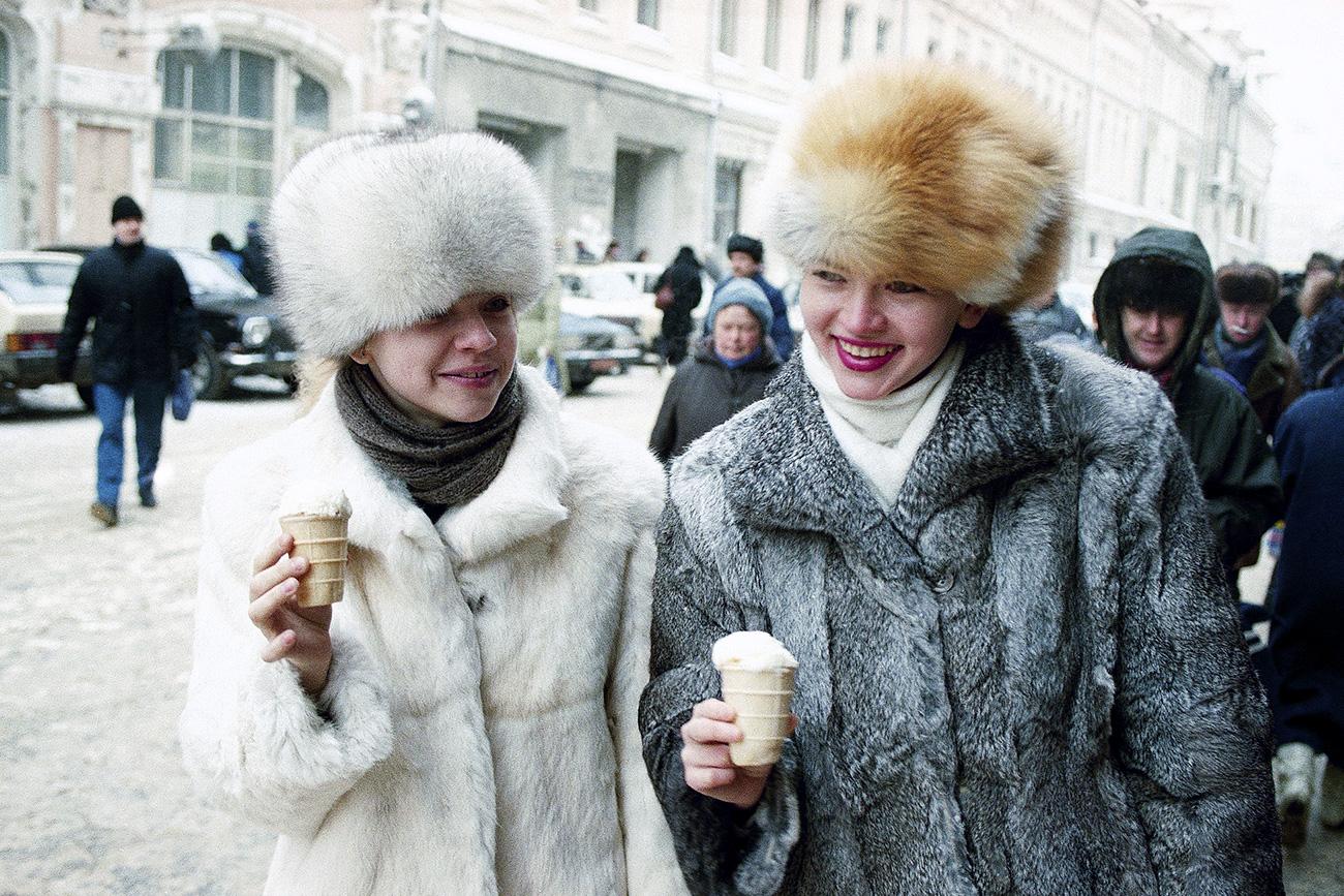 Moskovčanki s sladoledom pri - 8 °C, 21. januar 1992. Vir: AP