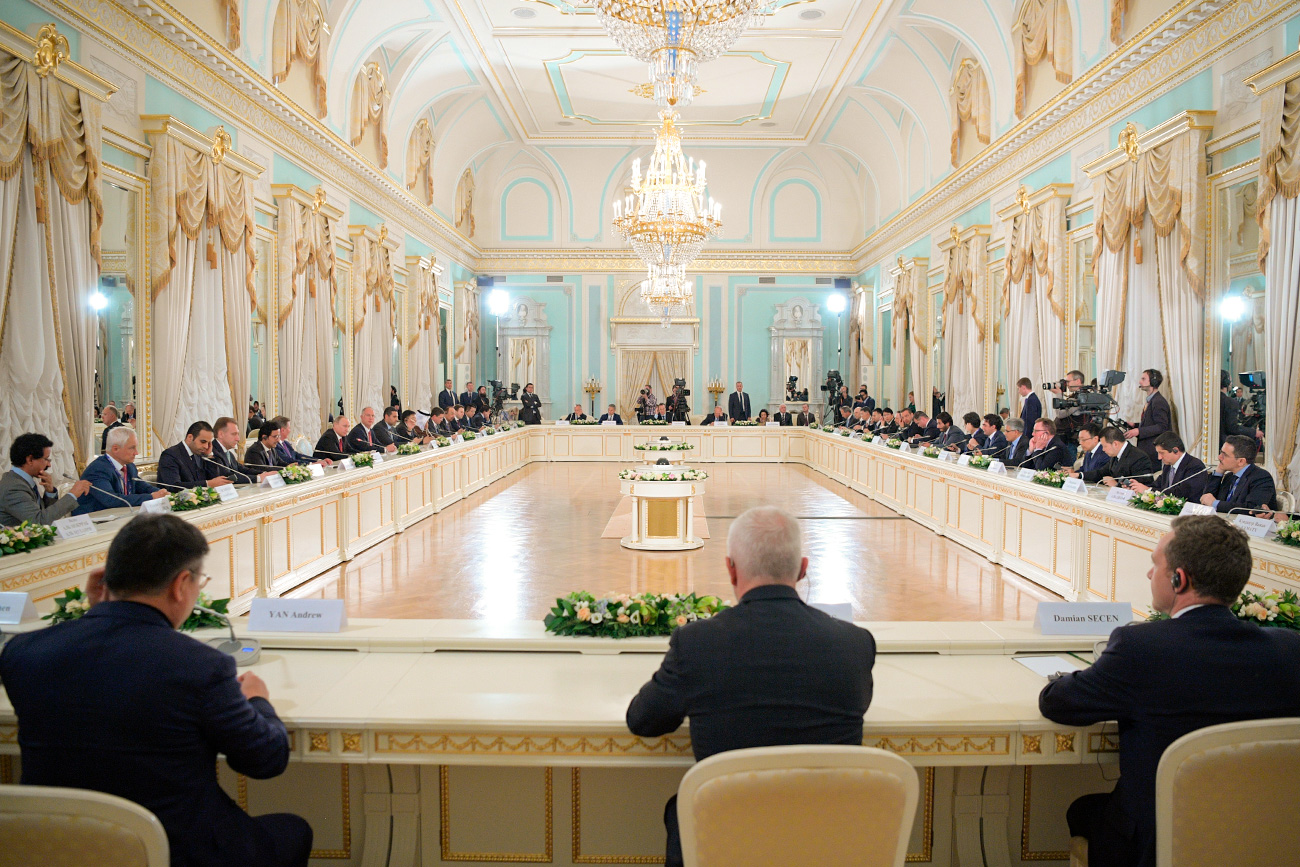 Руски председник Владимир Путин у сусрету са представницима међународних инвестиционих кругова, Санкт Петербург. Извор: Алексеј Дружињин, РИА Новости
