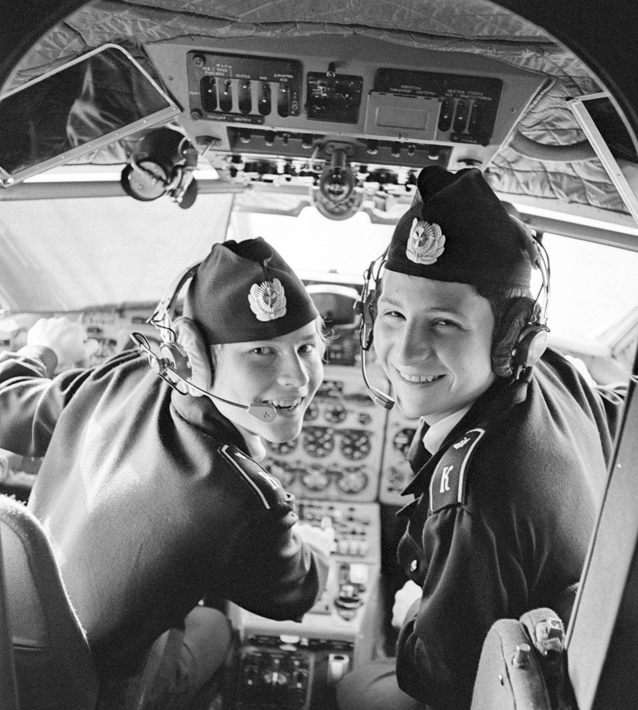 Mlada študenta Valerij Terpugov in Sergej Sučkov se v letalu Jak-40 učita pilotiranja, 1977. Vir: TASS