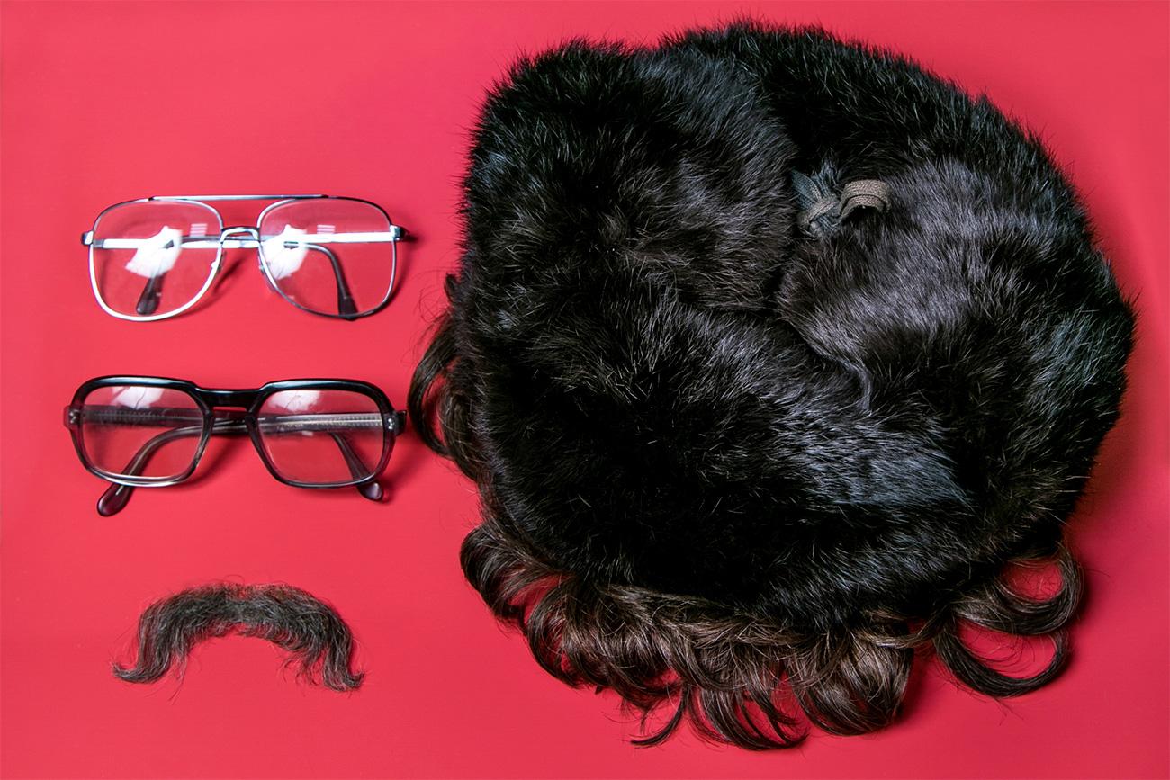 Rambut dan kumis palsu pegawai CIA Michael Sellers. Sumber: Ilya Ogarev